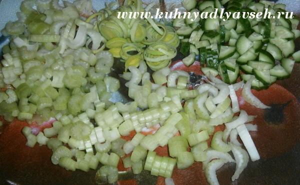 Салат из сельдерея с зеленым горошком