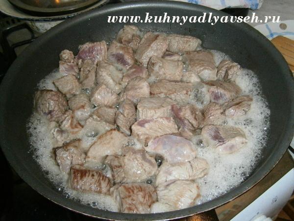 говядина с черносливом и картофелем в сметанном соусе