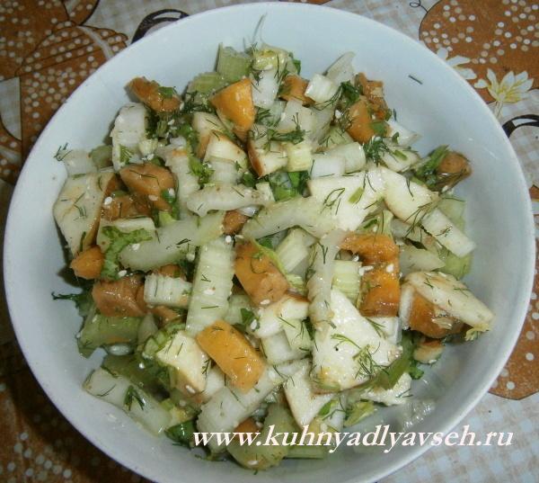 салат из сельдерея с манго и яблоком