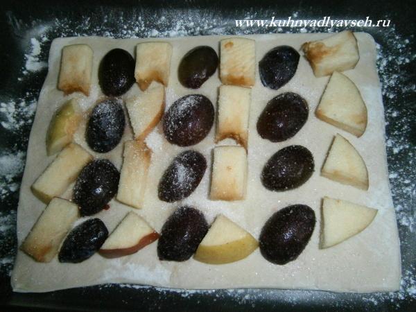 пирог из слоеного теста со сливой и яблоком