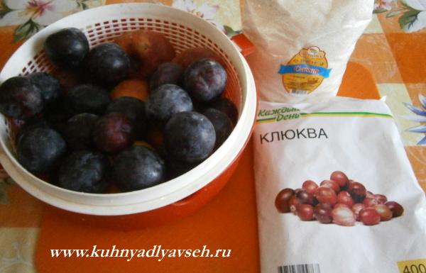 варенье из слив, персиков, яблок и клюквы