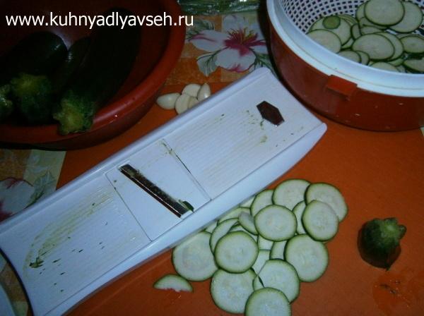 острая закуска из маринованных цукини