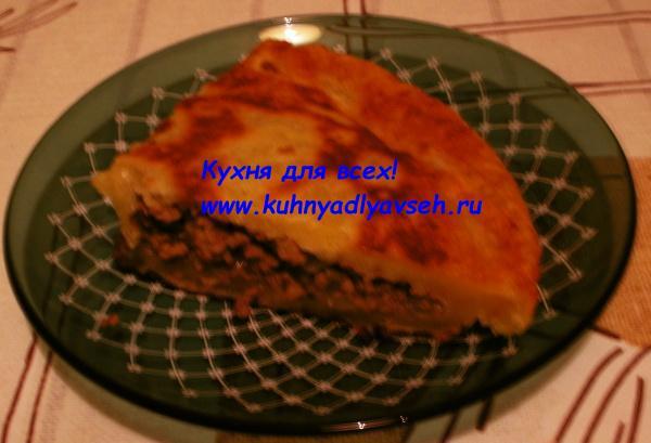 Пирог из слоёного теста с фаршем на сковороде