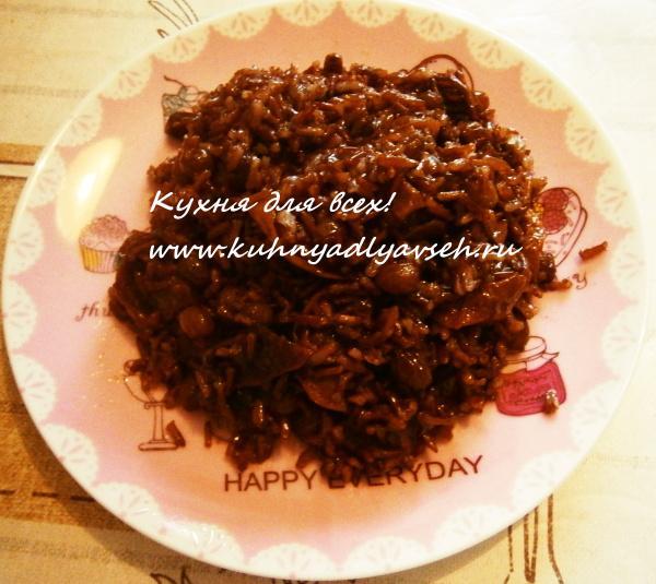 Сладкий плов из красного риса и сухофруктов
